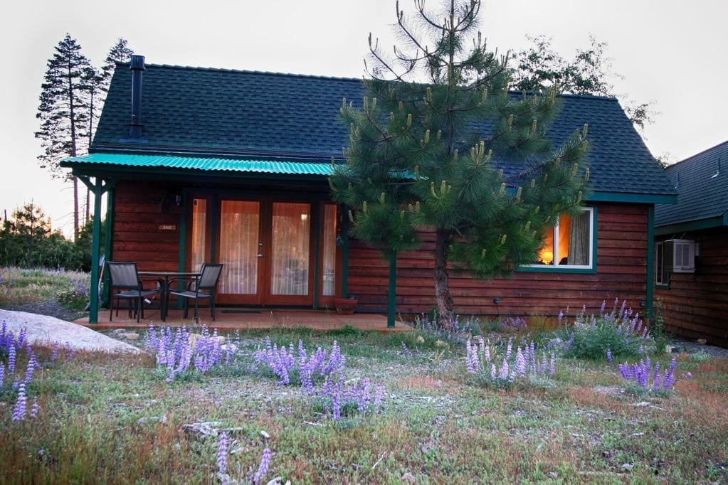 Staying at Hilltop Cabins in Foresta was one of our best decisions when planning a quick trip to Yosemite with kids.